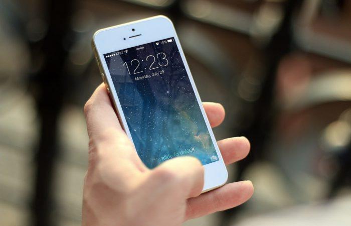 Фото: Во Франции запретили использование мобильных телефонов в школах
