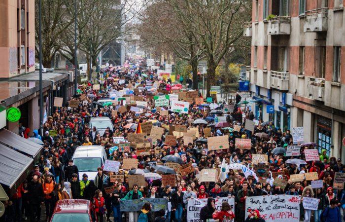 Фото: Вторая волна протестов против повышения цен на бензин собрала более 100 тысяч человек