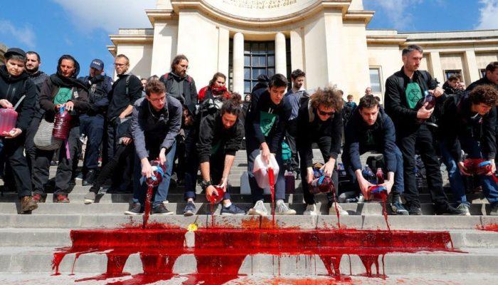 Площадь Трокадеро была залита бутафорской кровью