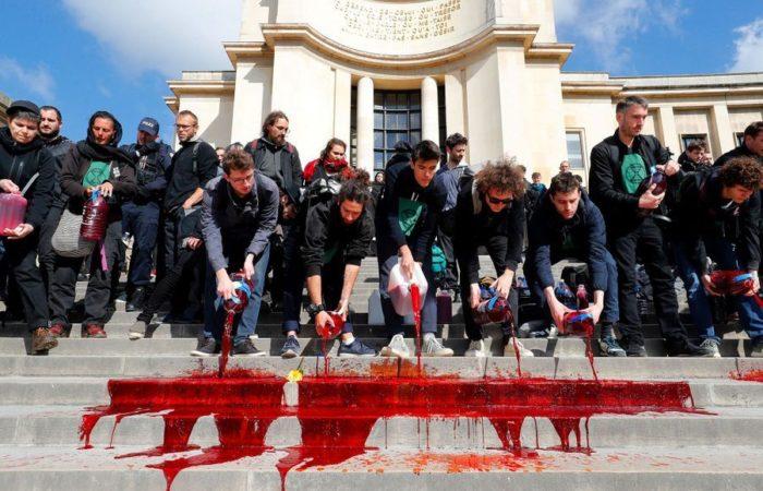 Фото: Площадь Трокадеро была залита бутафорской кровью