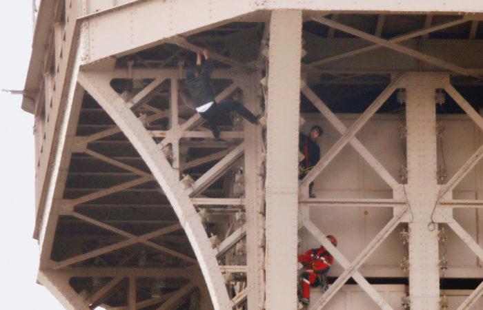 Фото: Мужчина забрался на Эйфелеву башню