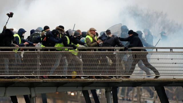 Фото: Бывший боксёр атаковал двух полицейских в Париже во время манифестации