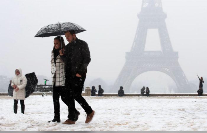 Фото: Из-за снега в Париже закрыли Эйфелевую башню