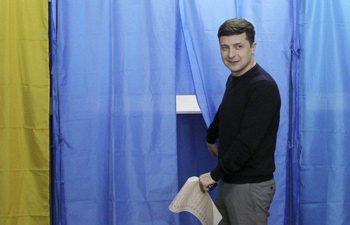 Юморист Владимир Зеленский лидирует на выборах президента Украины