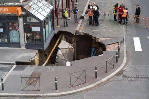 Огромная дыра образовалась в асфальте в городе на севере Франции