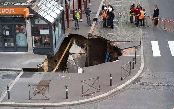 Фото: Огромная дыра образовалась в асфальте в городе на севере Франции