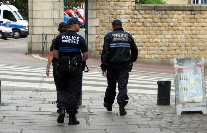 Фото: В Париже произошло нападение на полицейских