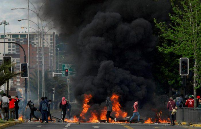 Фото: Протесты охватили Чили из-за повышения цен на проезд