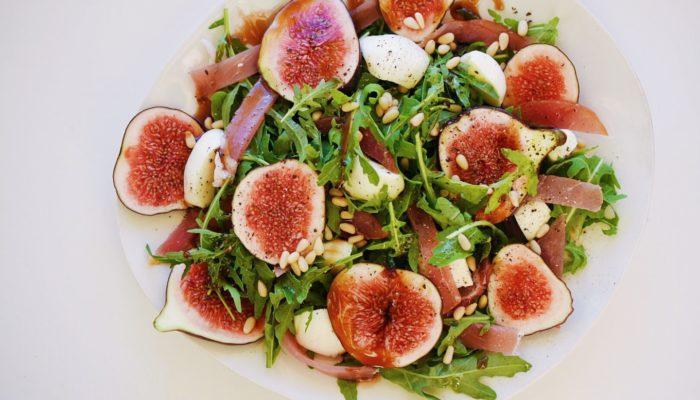 Солено-сладкий салат с инжиром
