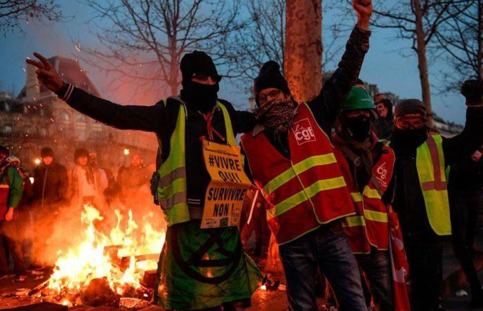 """Фото: Погромы на Елисейских полях после 18ой акции протеста """"желтых жилетов"""""""