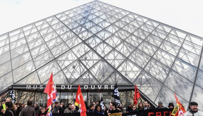 Манифестанты в Париже заблокировали доступ к Лувру