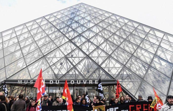 Фото: Манифестанты в Париже заблокировали доступ к Лувру