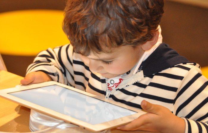 Зависимость детей от экранов – родители не всегда подают хороший пример