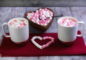 Шоколадный кекс в чашке в микроволновке