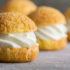 Пирожные Choux с малиновым желе и легким кремом с лаймом.