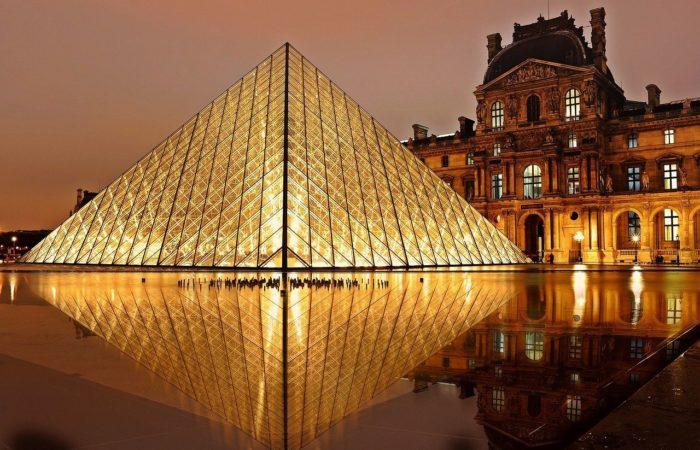 Фото: Пирамида Лувра отметила 30-летний юбилей